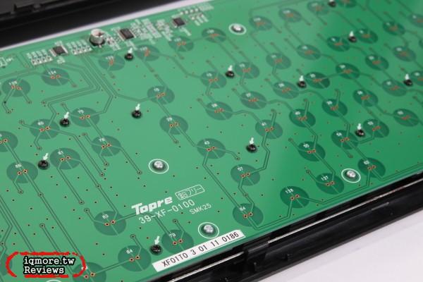 这时会透过另一边的电容式设计,透过按键与电路板之间的距离改变电容